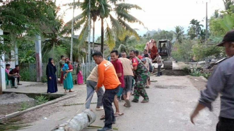 Muspika Kluet Tengah Bersama Masyarakat dan Dinas Terkait Bangun Jembatan Darurat