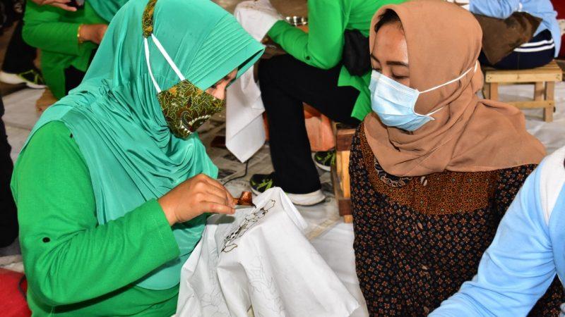 Istri Prajurit TNI di Madiun Belajar Membatik