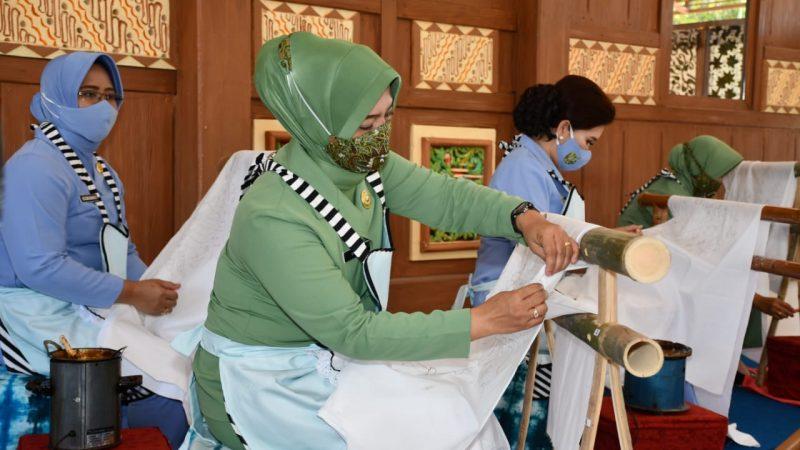 Hari Batik Nasional, Persit KCK Koorcab Rem 081 PD V/Brawijaya Ikuti  Latihan Membatik