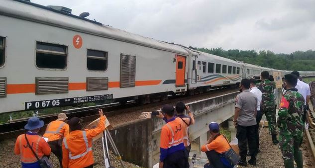 Mengurai Keterlambatan Kereta Api Jakarta-Surabaya,  Mulai Diberlakukan Sistem Buka Tutup  di Stasiun Bumiayu.