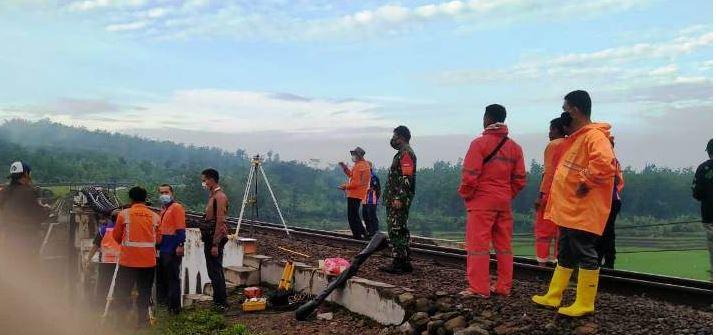 Jalur KA Jakarta-Surabaya Ditutup, Penyebabnya Pilar Jembatan Kereta Api di Tonjong Brebes Ambruk