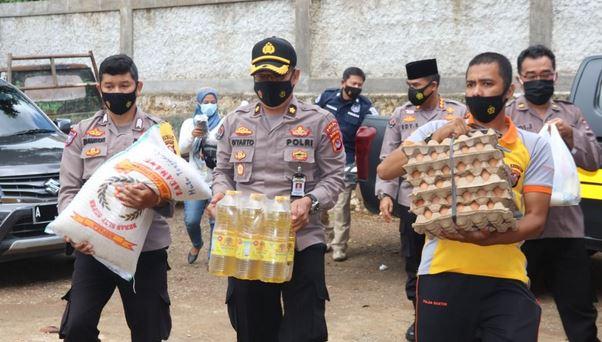 Tim Warung Jumat Polda Banten Salurkan Puluhan Paket Sembako Ke Pondok Pesantren Tebu Ireng 08