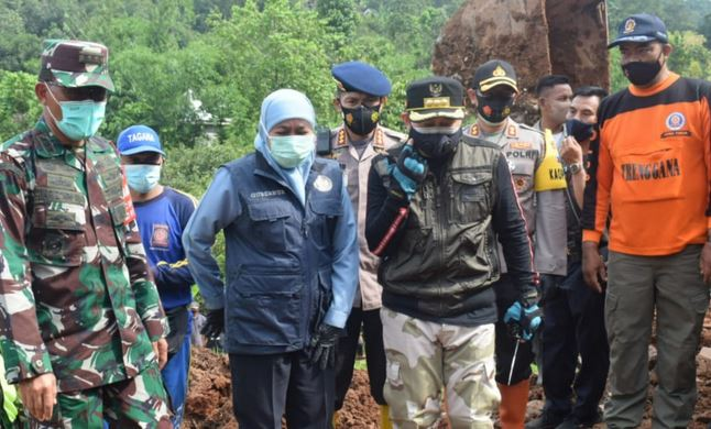 Gubernur Khofifah Didampingi Danrem  Tinjau Longsor di Ngetos,  Nganjuk