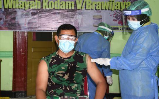 100 Prajurit Korem 081/DSJ Terima Vaksinasi Covid-19 Tahap 1