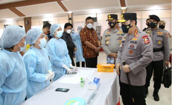 Kapolri  Listyo Sigit Prabowo Tinjau Vaksinasi Massal COVID-19 di Mapolda Sulawesi Utara