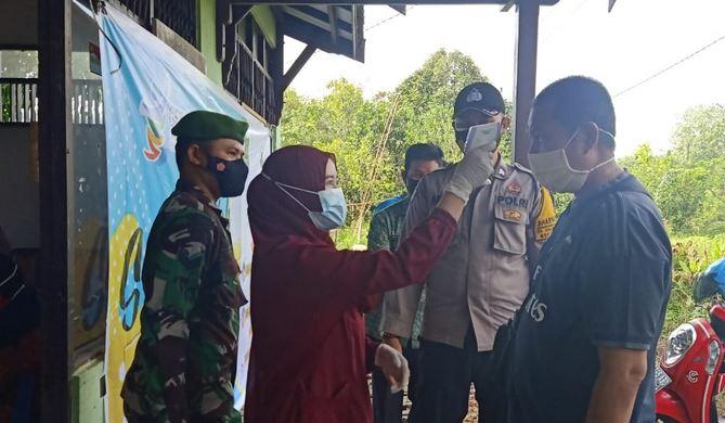 Babinsa Koramil 03/Kapuas Timur Dampingi Masyarakat Melaksanakan Vaksinasi
