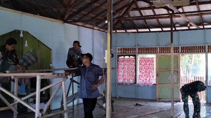 Karya Bakti, Plafonanisasi Mushola Dikerjakan Anggota Kodim 1011/KLK dan Warga