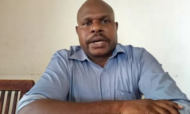 Dr Leonardus Tumuka, Doktor Pertama yang Berhasil Mengharumkan Papua