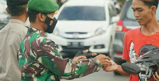 Jalan Raya Dijadikan Sasaran Personil Kodim Lakukan Pembagian Masker