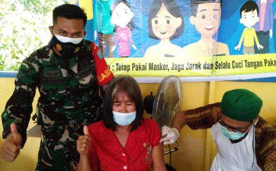 Babinsa Koramil 1011-08/Mantangai Melaksanakan Pendampingan Vaksinisasi untuk Lansia