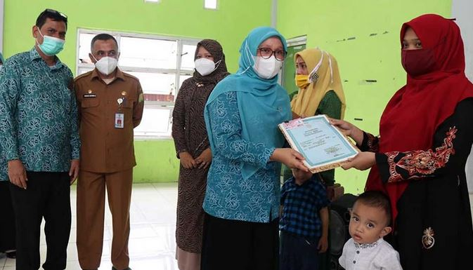 66 Keping KIA, Rahmah Abdullah Serahkan Secara Simbolis di Indrapuri, Aceh Besar
