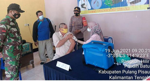 Anggota Koramil 1011-13/Pandih Batu Memantau Giat Vaksinasi
