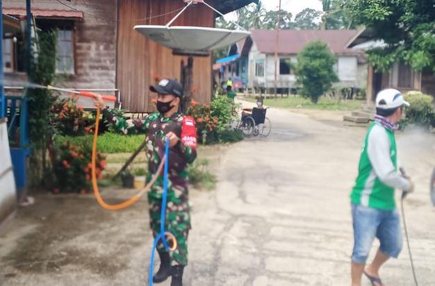 Serda Fengki Melaksanakan Penyemprotan Disinfektan di Rumah Warga