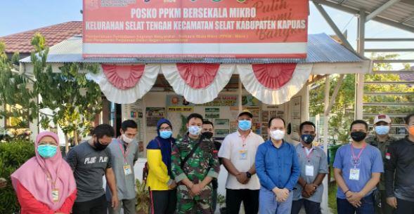 Babinsa Koramil 04/Selat dalam Kegiatan  Kunjungan Bupati Kapuas di Posko PPKM