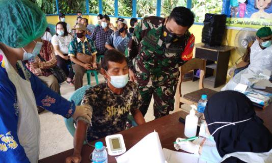 Babinsa Koramil 1011-08/Mantangai Serda Maulidani Melaksanakan Pendampingan Vaksinisasi untuk Lansia