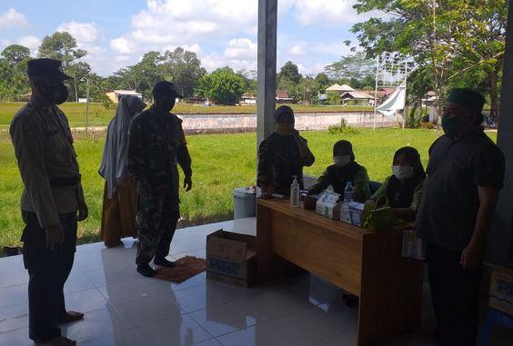 Anggota Koramil 13/Pandih Batu Memantau Kegiatan Vaksinasi Lansia