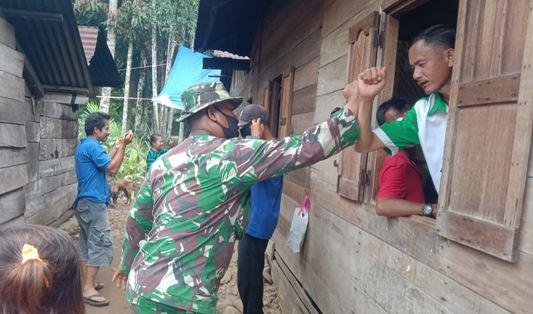 Potret Kemanunggalan TNI dan Warga, Satgas TMMD Kodim Tapsel Giat Bagikan Masker Gratis