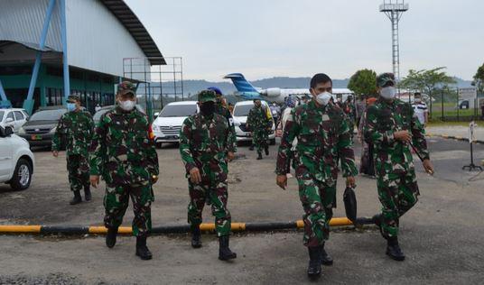 Tim Masev Mayjen TNI Eka Wiharsa Menuju Tempat Parkir Kendaraan Tetap Jalankan Prokes