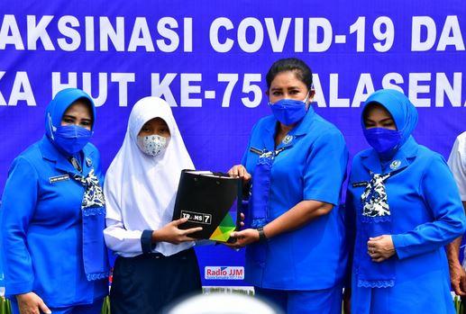Jalasenastri TNI AL Bersama Korps Marinir Sinergi CT Arsa Gelar Vaksinasi Masyarakat Muara Gembong