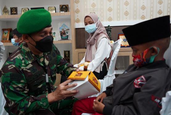 Danrem 071/Wijayakusuma Salurkan Bantuan dari Kasad dan Ketua Umum Persit KCK Ke Anak Yatim Piatu Terdampak Covid-19