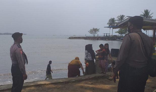 Patroli ke Tempat Wisata Pantai, Ditpamobvit Polda Banten Beri Imbauan Prokes Kepada Masyarakat