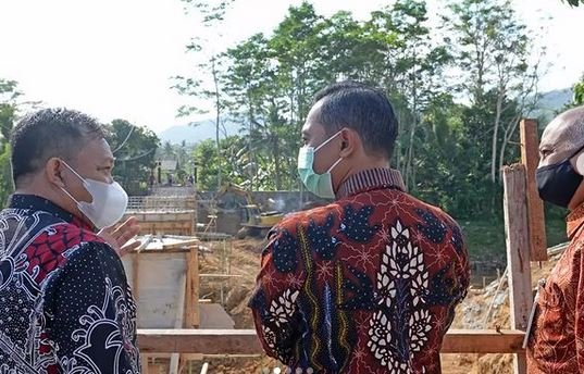 Saat  Tinjau Pembangunan Jembatan Sirnoboyo, Bupati Pacitan Berharap Rampung Tepat Waktu