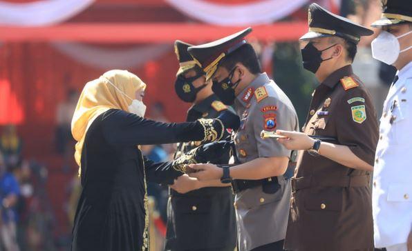 Dinilai Berhasil Wujudkan Jatim Bangkit, Kapolda Jatim Diberi Penghargaan Lencana Jer Basuki Mawa Beya